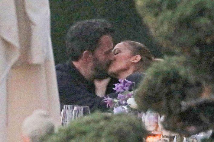 Jennifer López y Ben Affleck besándose apasionadamente.