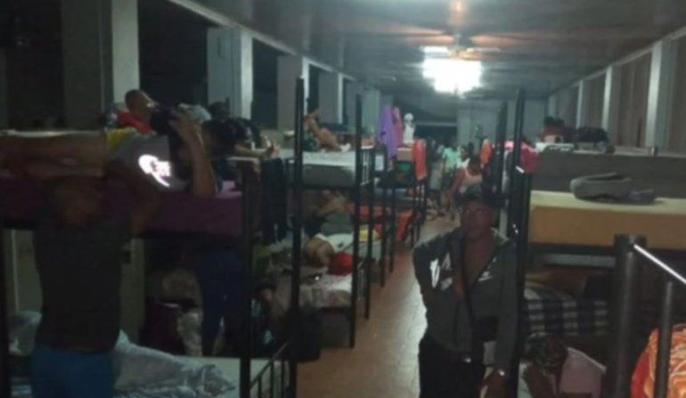 Cubanos desalojados de muelle en Surinam son llevados a base militar