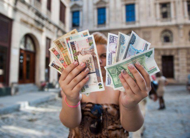 Nadie quiere recibir el CUC en Cuba mientras el dólar sube hasta 60 pesos en el mercado negro