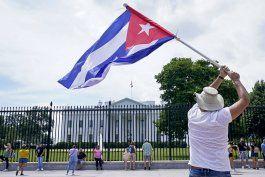 Manifestantes exigen a Biden en la Casa Blanca mano dura contra el régimen de Cuba. AP