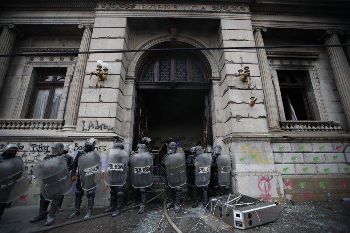 Incendian parte del Congreso durante protesta en Guatemala