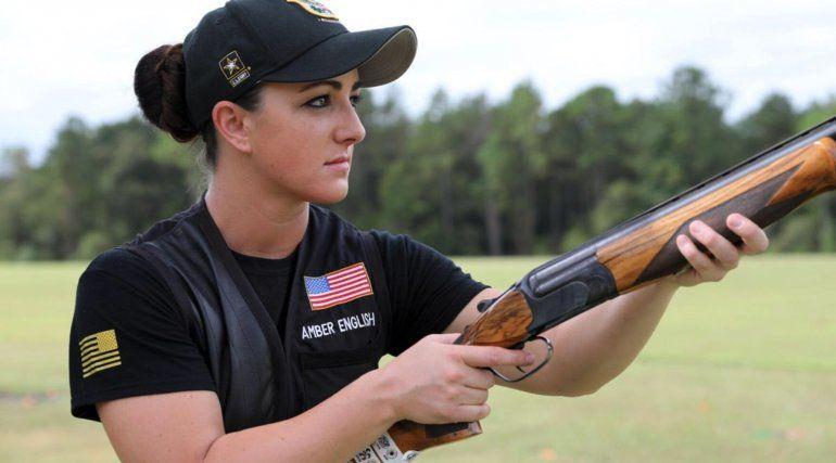 La atleta olímpica del Ejército de EE. UU., Amber English, se lleva a casa la medalla de oro en tiro al plato