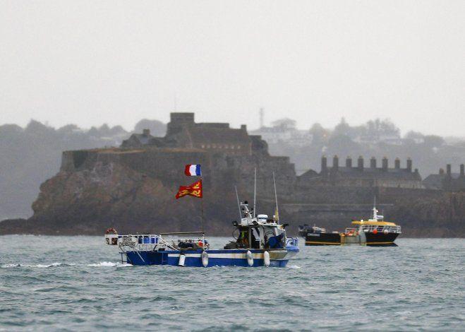 Los barcos pesqueros franceses levantaron el bloqueo de la isla de Jersey tras la llegada de dos buques de guerra británicos