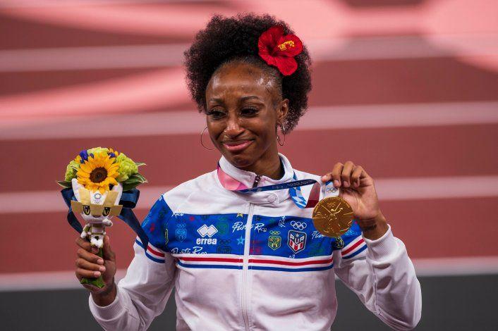 Jasmine Camacho-Quinn llora al recibir su medalla de oro