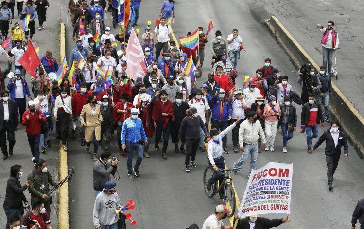 Cientos de ecuatorianos protestan y piden recuento de votos
