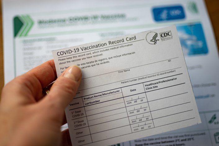 Sobre la mesa la opción de que establecimientos pidan la tarjeta de vacunación como requisito de entrada