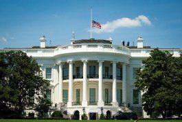 estados unidos bajara a media asta las banderas de los edificios federales para honrar al medio millon de muertos por coronavirus