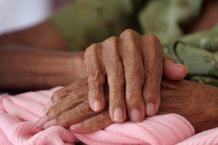 Salud detuvo las pruebas en los centros de adultos mayores mientras aumentaban los casos