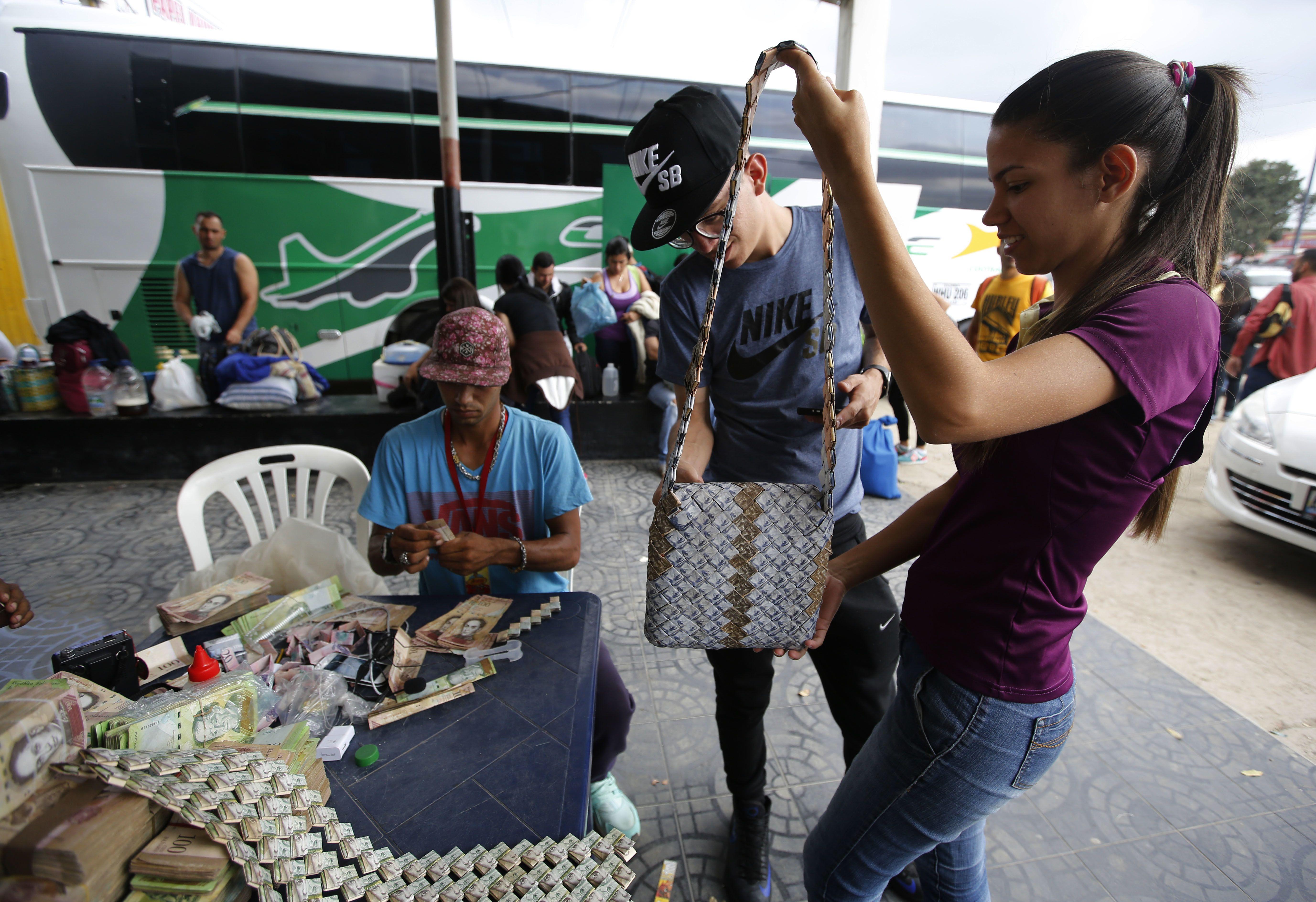 Venezolanos elaboran artesanías con billetes de bolívares
