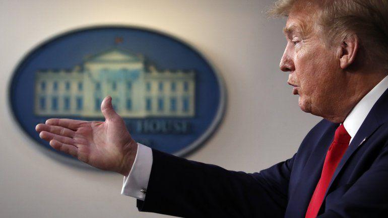 Donald Trump amenazó con cerrar las redes sociales tras los cuestionamientos sobre dos mensajes que publicó en Twitter