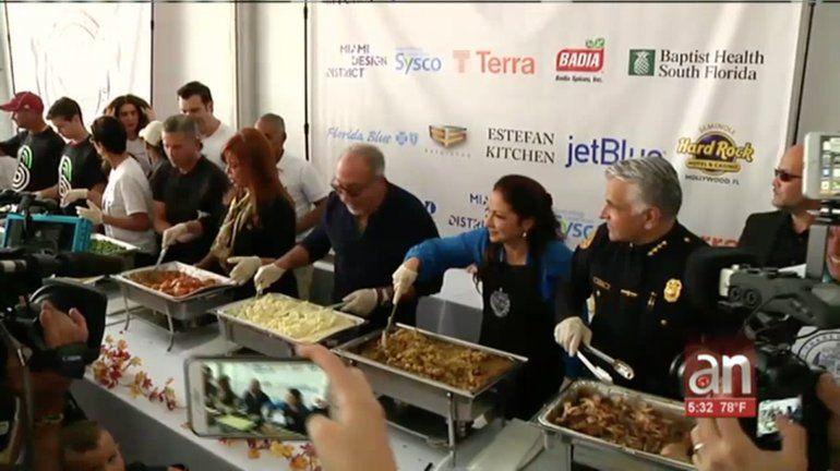 Emilio y Gloria Estefan reparten comida para Thanksgiving