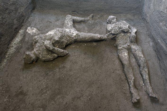 Desentierran cuerpos de amo y esclavo de cenizas de Pompeya