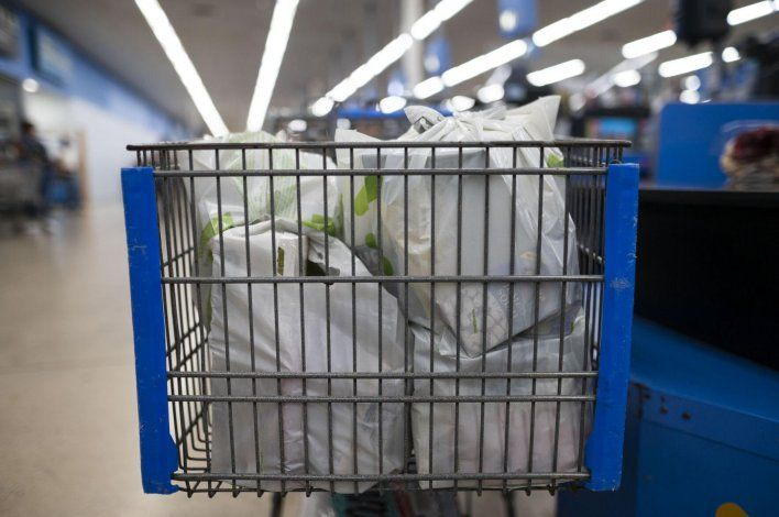 Cuestionan la ley que prohíbe las bolsas plásticas en establecimientos comerciales