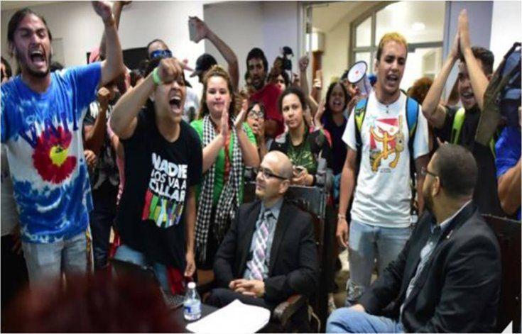 Estudiantes que irrumpieron reunión de Junta de Gobierno podrían ser arrestados