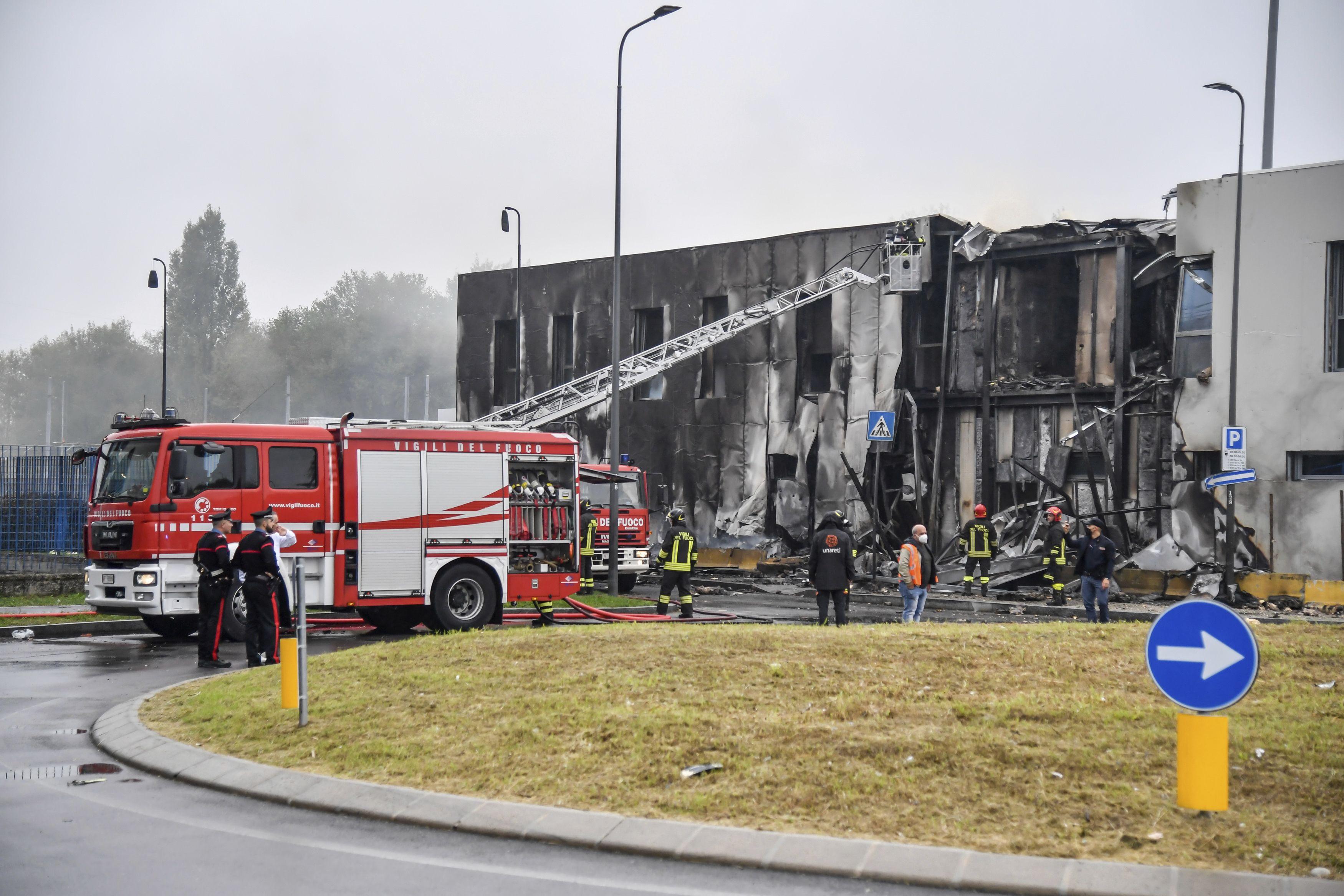 avioneta se estrella contra edificio en italia; mueren 8