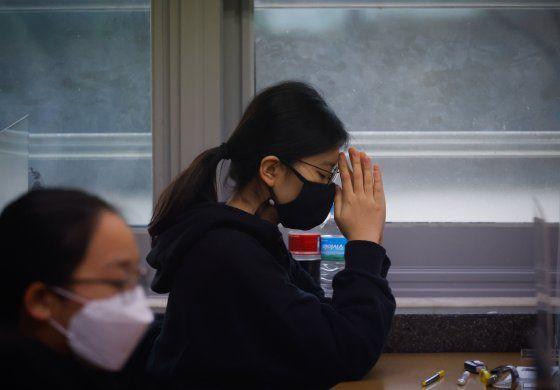 Surcoreanos hacen prueba para universidad pese al COVID-19