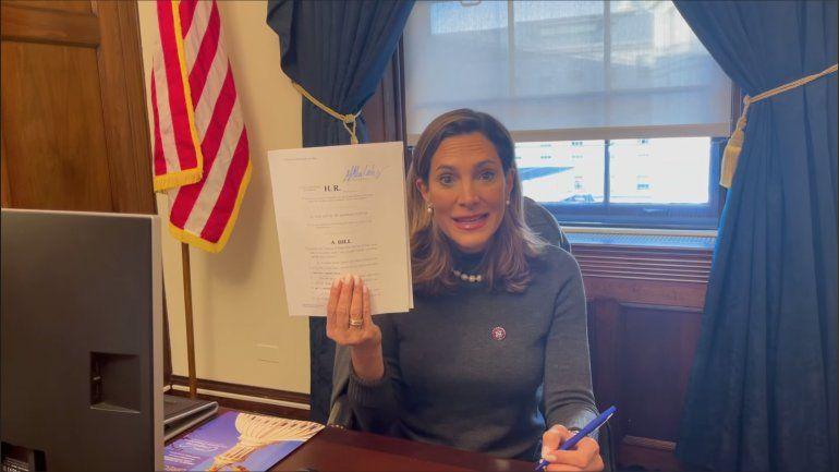 María Elvira Salazar presenta proyecto para dificultar el restablecimiento de relaciones de la administración Biden con Cuba
