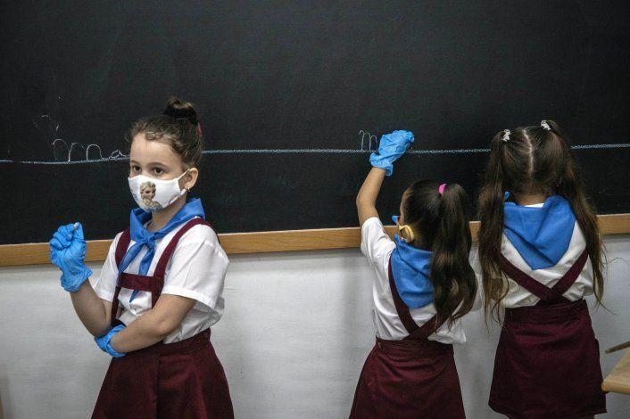 Cuba aumenta las restricciones en varias zonas y cancela clases tras un nuevo récord de casos de COVID-19